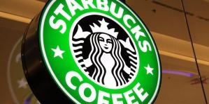 Starbucks обвиняют в войне с духом Рождества из-за красных стаканчиков