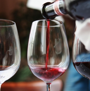 Президент одобрил отмену лицензий на мелкую торговлю вином