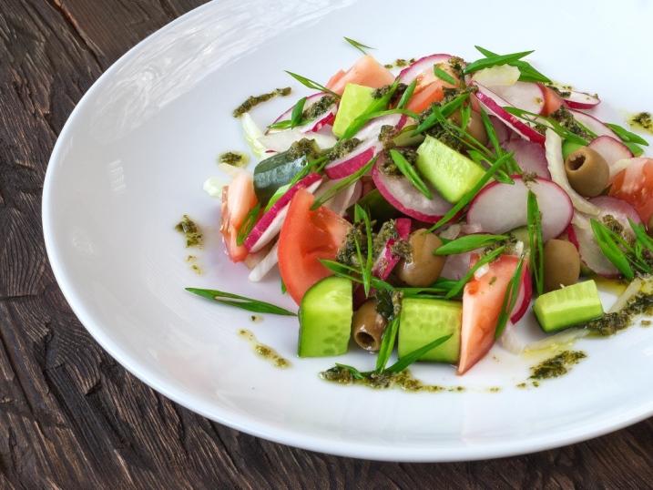 Салат овочевий з песто