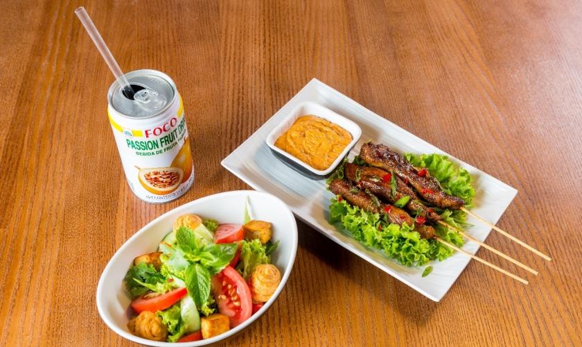 Куриный сатай, салат с тофу и тоник Foco маракуйя