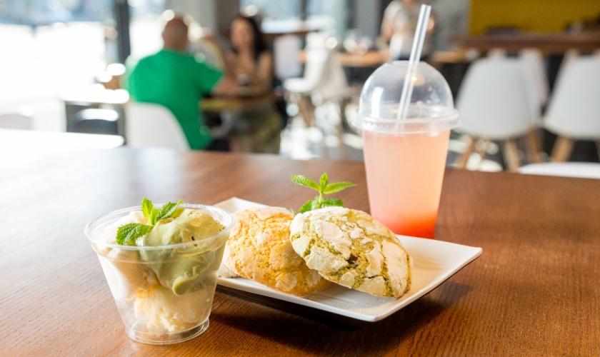 Микс мороженого, печенье и тоник с лемонграссом