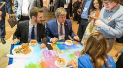 В кафе Киева и Львова заработают украинские интерактивные столы