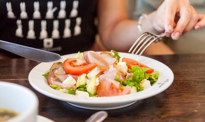 salat-z-v-yalenoyu-svininoyu-ta-brinzoyu