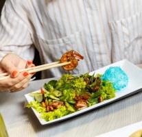 teplyj-salat-s-moreproduktami