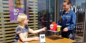В McDonald's появились официанты